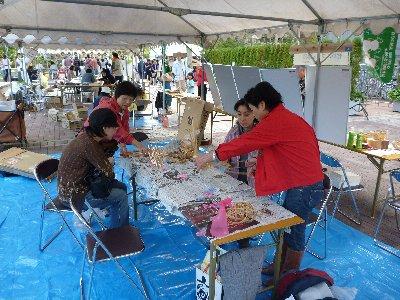 京都森林インストラクター会の皆さんの指導による竹かごづくり