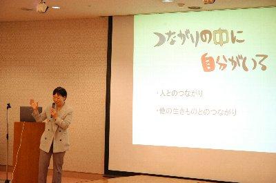 講演する中村圭子