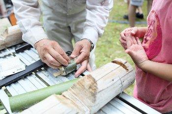 竹細工の作り方を教えてもらっています