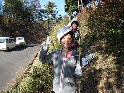 午前の作業を終えて下山する子供たち