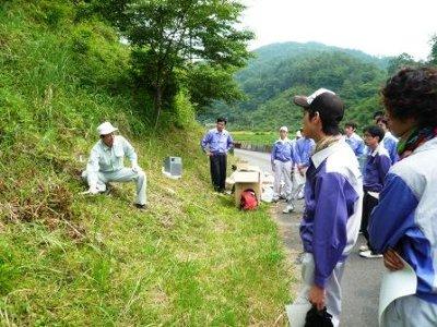 林業普及指導員から安全な道具の使い方を指導