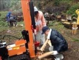 薪割機を使って薪作り
