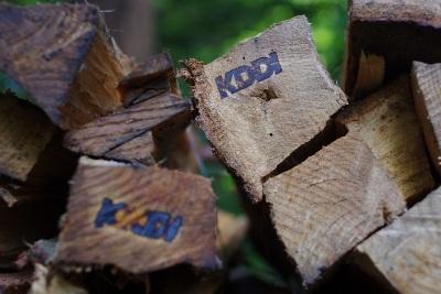 「KDDI」の刻印入り薪