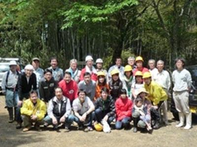 鬱蒼とした竹林の前での記念写真