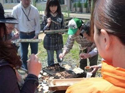竹製の食器を手にコンロを囲みます。