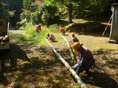 搬出した竹の玉切り作業。子供たちも頑張りました!